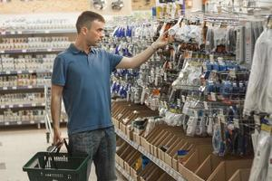 Mann in einem Baumarkt. foto