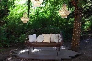 Gartensofa mit Dekorationen