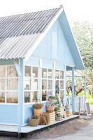 blaues Haus im rustikalen Stil an einem sonnigen Tag