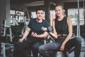 Paar zusammen im Fitnessstudio trainieren