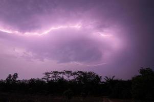 Blitz am Himmel in der Nacht foto