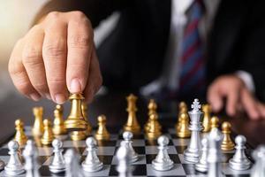 Hand greift nach Schachfigur foto