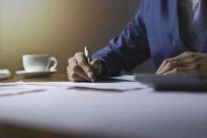 Business Professional arbeitet am Schreibtisch foto