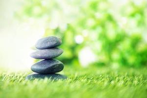 Steine auf grünem Gras gestapelt foto
