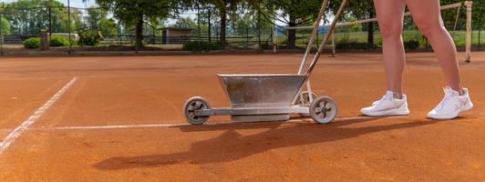 Wartung und Reparatur eines Tennisplatzes foto