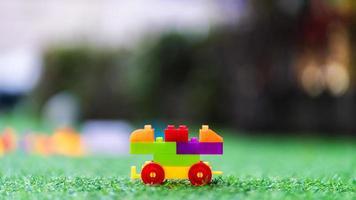 buntes Plastikspielzeug auf Spielplatz foto