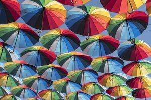 bunter Hintergrund der schönen Regenschirme foto