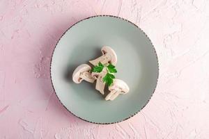 vier Pilze auf grauem Teller