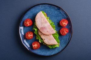 Sandwich mit Putenschinkenfleisch, Draufsicht foto
