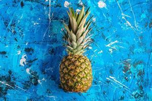 frische süße Ananas auf blau strukturiertem Hintergrund foto