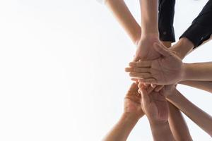 menschliche Hände in einem Team drängen sich foto