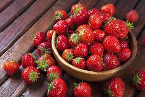 Erdbeere auf hölzernem Hintergrund foto