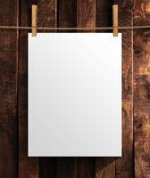 weißes leeres Plakat auf hölzernem Hintergrund foto