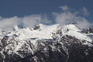 schneebedeckte Kaukasusberge von krasnaya polyana, Russland foto