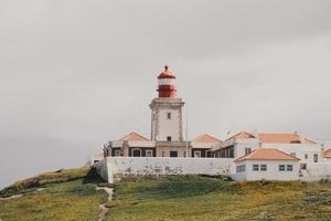 weißer Leuchtturm auf einem Hügel in Portugal foto