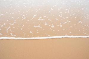 Wellen nähern sich Strand foto