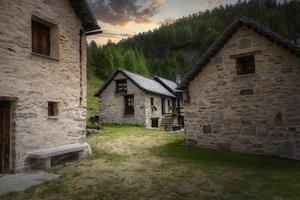 Blick auf ein Bergdorf foto
