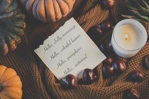 Herbstdekorationen mit Text foto