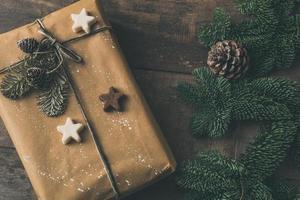 flache Lage des Winterferiengeschenks mit Kiefer