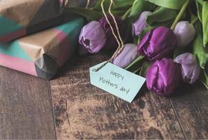 Muttertagsgeschenk und Blumen foto