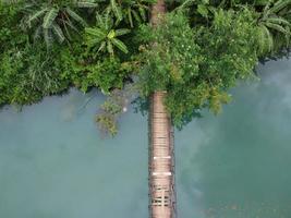 Holzbrücke über Wasser foto