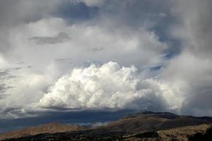 Cumuluswolken über Bergen foto