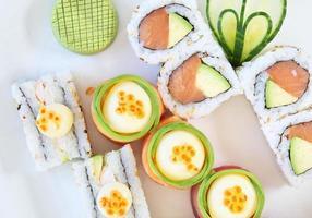 Draufsicht von Sushi auf weißem Hintergrund