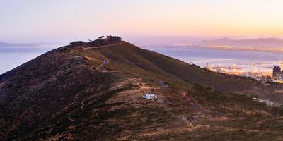 grasbedeckter Hügel in der Nähe von Gewässern foto