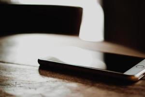 zurückhaltendes Telefon auf dem Tisch foto