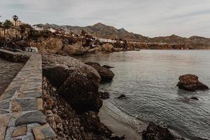 Steinmauer neben der Küste