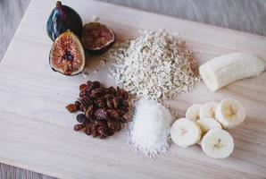 geschnittene Früchte auf braunem Holztisch foto