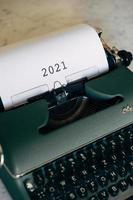 grüne Schreibmaschine mit 2021 getippt