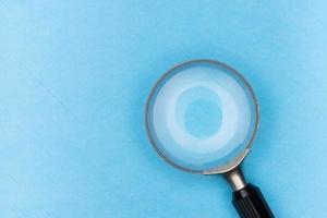 Lupe auf blauem Hintergrund foto