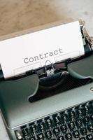 grüne Schreibmaschine mit Wort auf Papier
