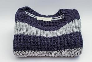 grau und blau gestreifter Pullover foto