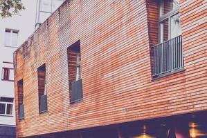 braunes Gebäude und Fenster foto