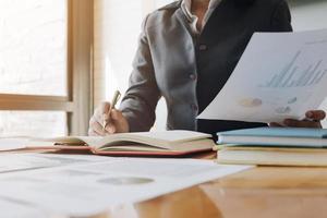 Nahaufnahme der Geschäftsfrau Forschung