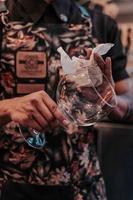 Person, die Weinglas abwischt
