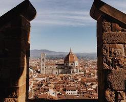 Palazzo Vecchio zwischen Backsteinsäulen gesehen