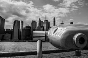 Graustufenfoto von Hochhäusern foto