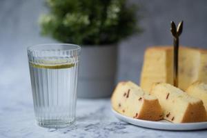 Glas Wasser mit Kuchen foto