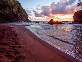 Kaihalulu Strand während des Sonnenuntergangs