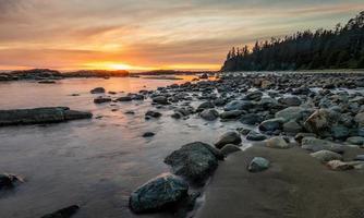 felsiges Ufer während des Sonnenuntergangs