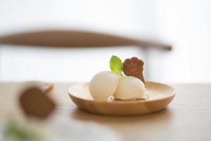 Eis auf Teller mit einem Keks in Pfotenform foto