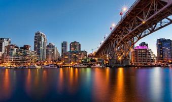 Zeitraffer von Yachten in der Bucht in der Stadt foto