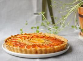 Torte mit Orangenscheiben und Pflanze foto