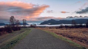 Straße im Park mit Bergen im Hintergrund