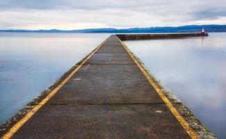 Dock von Wasser umgeben