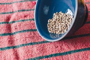 braune Samen in der Schüssel foto