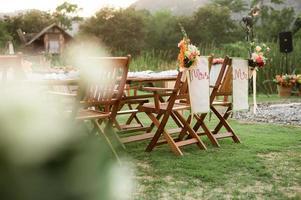 Blick auf einen Hochzeitsempfang im Freien mit Blumen im Garten
